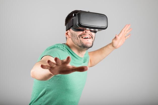 Człowiek z okularami wirtualnej rzeczywistości na białym tle
