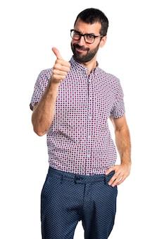 Człowiek z okularami z kciukiem do góry