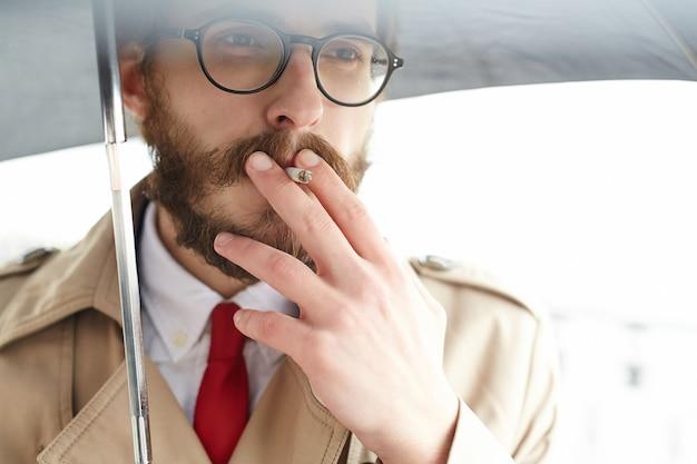 Człowiek z papierosem