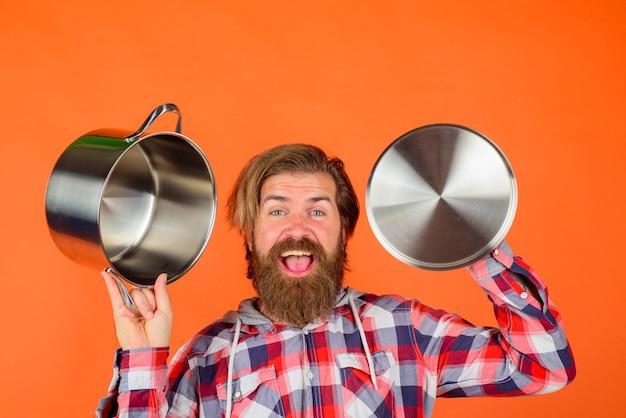 Człowiek z patelni szczęśliwy szef kuchni z rondelkiem do gotowania naczynia kuchenne naczynia do gotowania naczynia do gotowania