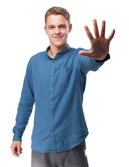 Człowiek z pięcioma palcami podniesionymi