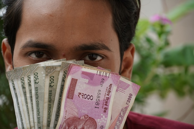 Człowiek z pieniędzmi w gotówce