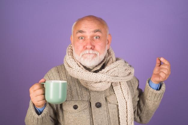 Człowiek z pigułkami leczenie pigułka medycyna staruszek biorący pigułki farmaceutyczne brodaty mężczyzna biorący pigułki