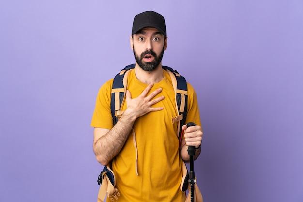 Człowiek z plecakiem lub poszukiwacz przygód na białym tle