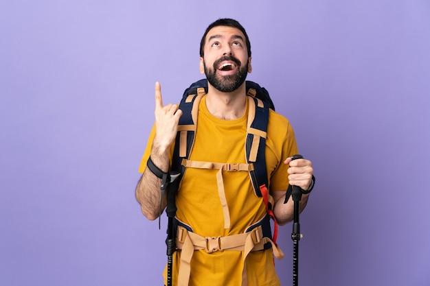 Człowiek z plecakiem lub poszukiwacz przygód, patrząc w górę