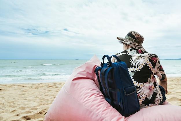 Człowiek z plecakiem na plaży