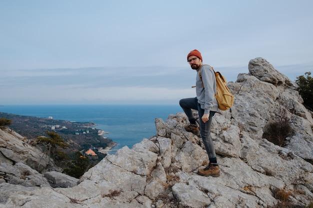 Człowiek z plecakiem wędrówki w górach podróże lifestyle pojęcie sukcesu przygoda aktywny wypoczynek outdoor alpinizm sport zachód słońca krajobraz
