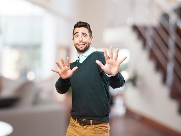 Człowiek z podniesionymi rękami chroniąc się