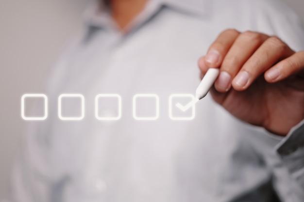 Człowiek z polem wyboru. koncepcja biznesowej listy kontrolnej