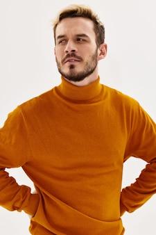 Człowiek z poważnym wyrazem odzieży jesiennej mody męskiej stylu