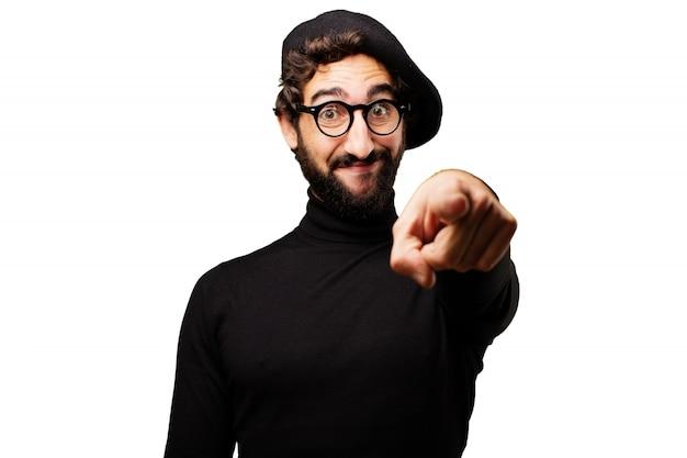 Człowiek z przodu wskazując palcem