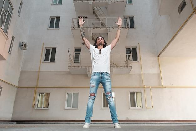 Człowiek z rękami do góry