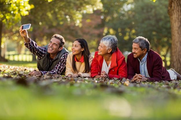 Człowiek z rodziną przy selfie