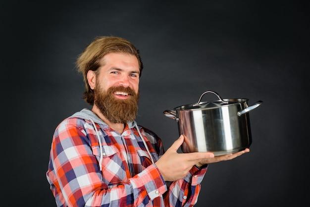 Człowiek z rondelkiem szczęśliwy człowiek szef kuchni z garnkiem do gotowania naczynia kuchenne naczynia kuchenne gotowanie