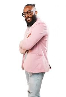 Człowiek z różowym płaszczem profilu