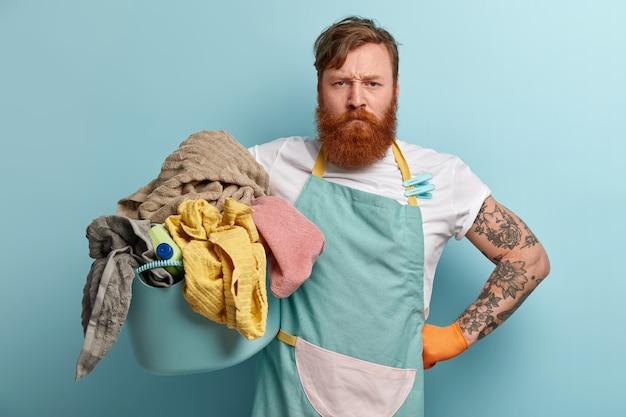 Człowiek z rudą brodą robi pranie