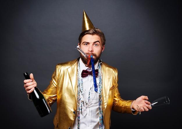 Człowiek z szampanem powitanie nowego roku