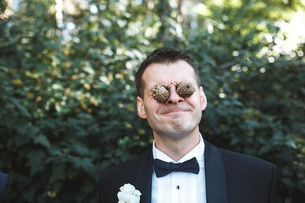 Człowiek z szyszek sosny w oczach
