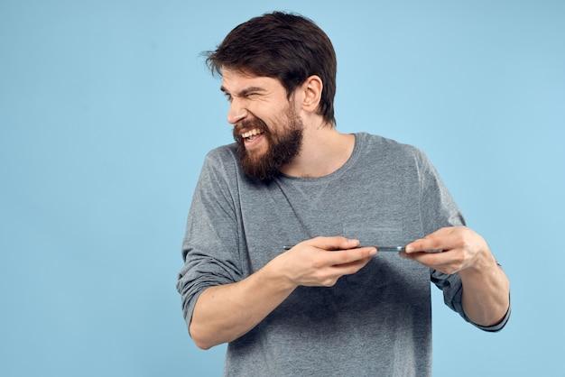 Człowiek z tabletem w ręce, patrząc w prawo na białym tle