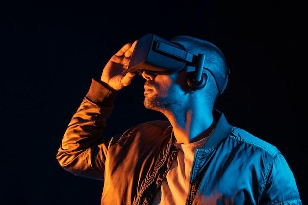 Człowiek z technologią okularów vr