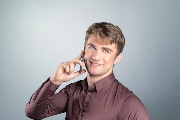 Człowiek z telefonem komórkowym