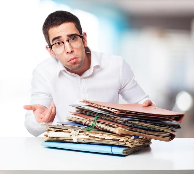 Człowiek z twarzy nie rozumiejąc z folderami
