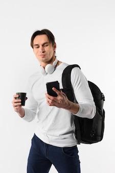 Człowiek z urządzeniami technologicznymi