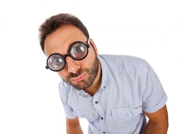 Człowiek z wyrazem zaskoczenia i grube okulary
