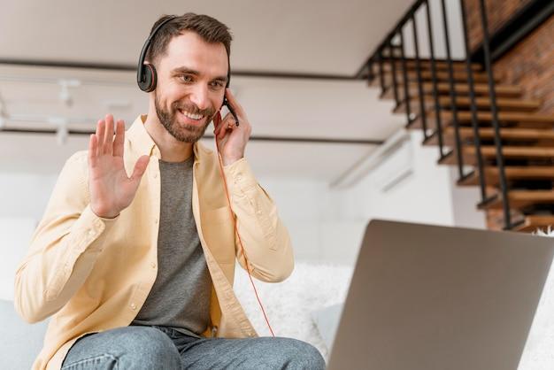 Człowiek z zestawem słuchawkowym do połączenia wideo