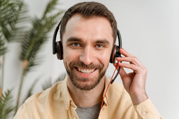 Człowiek z zestawem słuchawkowym o rozmowie wideo