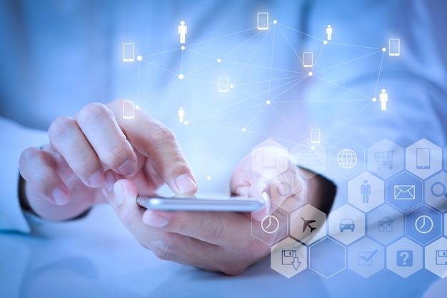 Człowiek za pomocą aplikacji mobilnej na smartfonie