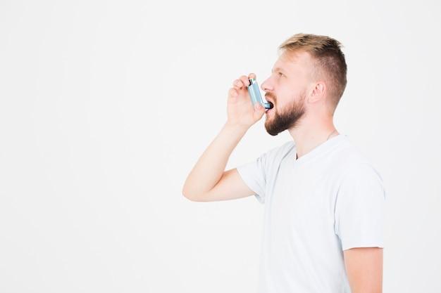 Człowiek za pomocą inhalatora astmy