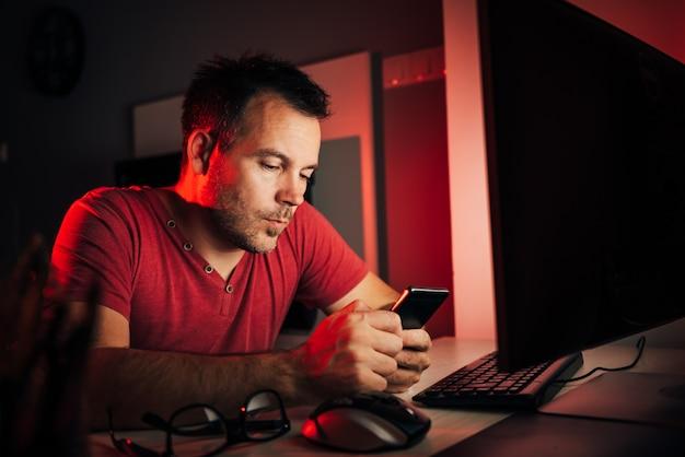 Człowiek za pomocą inteligentnego telefonu
