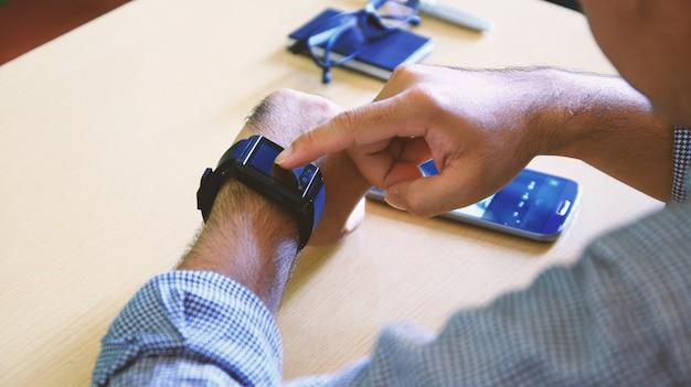 Człowiek za pomocą inteligentnego zegarka