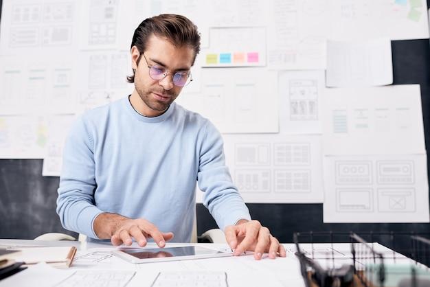 Człowiek za pomocą komputera typu tablet w biurze
