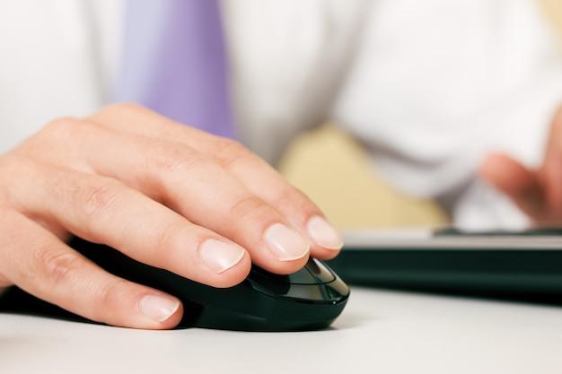 Człowiek za pomocą myszy komputerowej