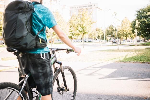 Człowiek za pomocą roweru