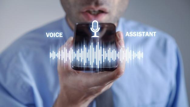 Człowiek za pomocą smartfona. asystent głosowy