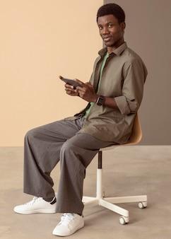 Człowiek za pomocą smartfona i siedząc
