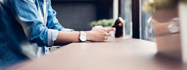 Człowiek za pomocą smartfona, w czasie wolnym. koncepcja korzystania z telefonu jest niezbędna w życiu codziennym.