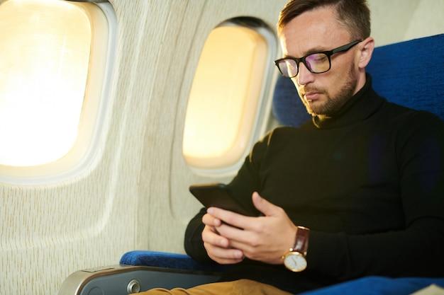 Człowiek za pomocą smartfona w locie