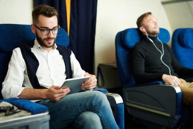 Człowiek za pomocą tabletu w samolocie