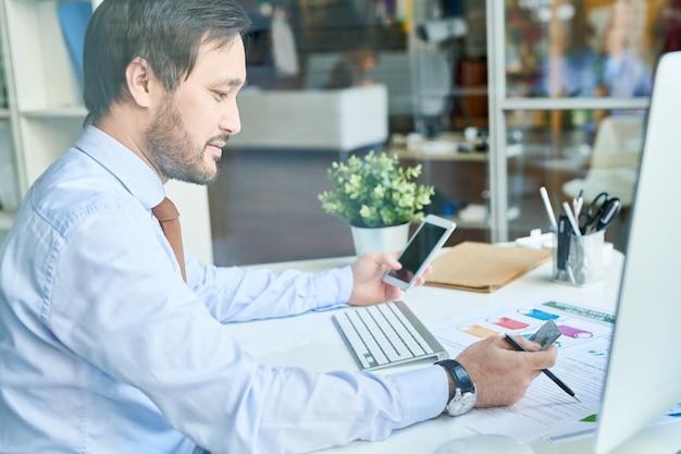 Człowiek za pomocą telefonu i karty kredytowej