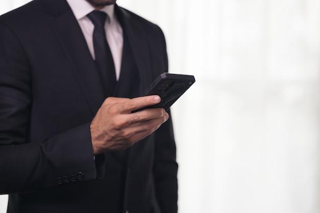 Człowiek za pomocą telefonu komórkowego z miejsca na kopię