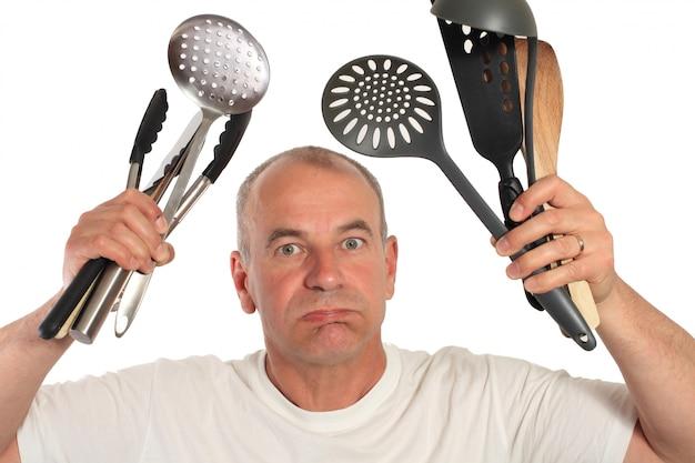 Człowiek zagubiony z naczyniami kuchennymi