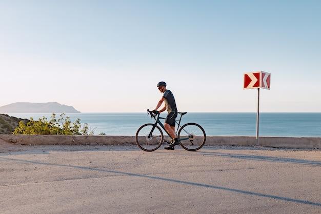 Człowiek zawodowy rower szosowy w akcji na górskiej drodze