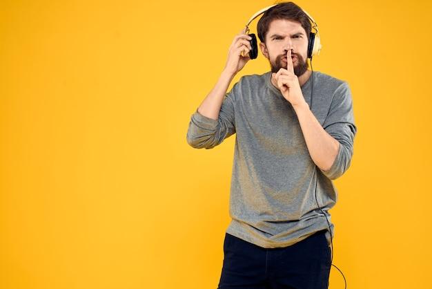 Człowiek ze słuchawkami muzyka styl życia technologia żółty