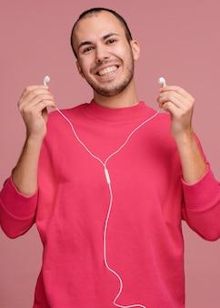 Człowiek ze słuchawkami ze śmiechu