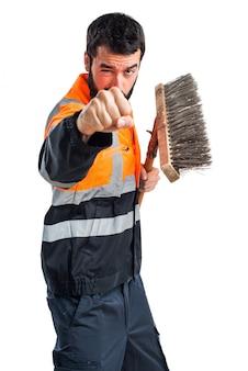 Człowiek ze śmietnikiem dając stół