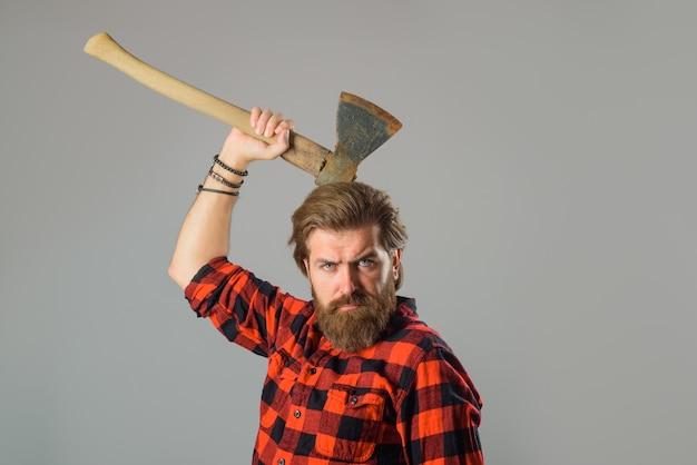 Człowiek ze starym siekierą brodaty drwal portret mężczyzny z siekierą kanadyjski drwal brodaty mężczyzna z siekierą